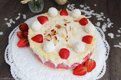 Sommer heißt Beerenzeit und meine allerliebste kleine süße Frucht ist die Erdbeere. Aus diesem Grund habe ich diese tolle Erdbeer-Kokos-Torte gebacken.