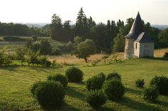 Offering an outdoor pool and a view of the Loire Valley, the garden and the terrace, Château de la Giraudière is located in Blaison-Gohier.
