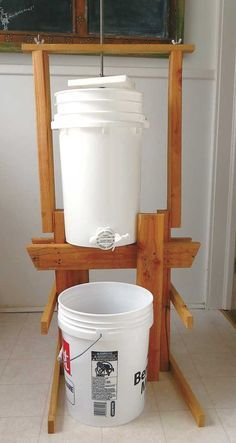 DIY Honey Extractor Out of Plastic Buckets - Farm and Garden - GRIT Magazine - Gardening Worlds Honey Extractor, Honey Bee Hives, Honey Bees, Bee Hive Plans, Beekeeping For Beginners, Raising Bees, Buzz Bee, Bee Boxes, Bee Farm