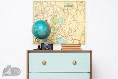Gyűjts inspirációt IKEA-bútor festéséhez: ez a RAST komód néhány egyszerű technika használatával alakult át házilag. Dresser As Nightstand, Ikea Hack, Table, Furniture, Home Decor, Tables, Home Furnishings, Interior Design, Home Interiors