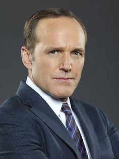 """Clark Gregg como el agente Phillip """"Phil"""" Coulson, un agente de campo que supervisa muchas operaciones"""
