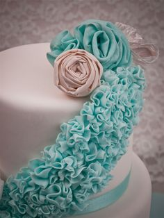 how to make these gorgeous ruffles, cabbage roses and ruffle flowers step by step to create beautiful wedding cakes | silovoglio