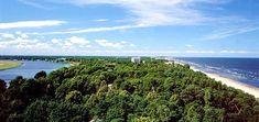 юрмала фото - Юрмала находится на полуострове, образованным с одной стороны морем, а сдругой - рекой Лиелупе. На фотографии - потрясающий вид на Юрмалу с высоты птичьего полета