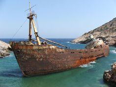 Buque abandonado Inland (Renombrado como Olympia) que fue encallado por piratas en Kalotaritissa, isla de Amorgos, islas Cicladas, Grecia.