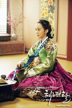 Korean drama [Moon Embracing the Sun] = 윤보경왕후[Queen young Bo-kyung]김민서 [Kim Min-seo]