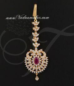 American diamond and ruby stones studded maang tikka jewellery for the forehead. Tika Jewelry, Head Jewelry, Chain Jewelry, Jewelry Holder, Bridal Jewelry Vintage, Wedding Jewelry, Bridal Jewellery, Pakistani Jewelry, Indian Jewelry