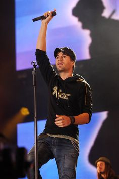 Enrique Iglesias Photos Photos - Enrique Iglesias performs at the Help The Heroes Concert 2010 held at Twickenham Stadium on September 12, 2010 in London, England. - Heroes Concert - Show