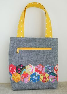 Pepper tote {Free Pattern} We're excited to release a free pattern today: the Pepper tote! This fun, quick tote has an exposed zipper, interior pockets, and sews up quick! The sides have a gentle angle instead of a reg… Bag Pattern Free, Bag Patterns To Sew, Tote Pattern, Sewing Patterns, Free Tote Bag Patterns, Wallet Pattern, Sewing Tutorials, Quilted Bags Patterns, Tote Bag Tutorials