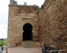 #Huelva #Niebla - Ruta de Al-Mutamid GPS 37.359167, -6.678611  A unos 26 kilómetros de Moguer, tras cruzar el río Tinto, aparece Niebla. Cuando en el año 713 es ocupada por los musulmanes pasó a ser una provinica de su demarcación territorial, una cora. Alfonso X el Sabio sometió a sitio la ciudad durante nueve meses; termina cayendo en 1262, tras un asedio en que, según dicen, se utilizó la pólvora por primera vez en Occidente. Aún se conserva el aminar del siglo XI de la antigua mezquita.