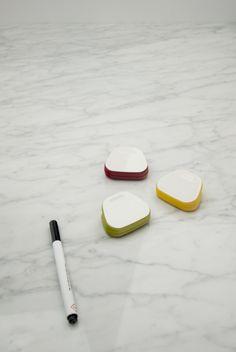 Pack de 3 pinzas-imanes versátiles que pueden usarse para una gran variedad de tareas domésticas, con una superficie apta para escribir que te permite dejar mensajes. Perfectos para cerrar bolsas y paquetes, anotando los ingredientes que contienen u otra información como la fecha de caducidad. También pueden usarse como imán para sujetar notas en el frigorífico. #Menaje #Cocina