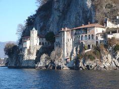 Leggiuno - Santa Caterina del Sasso.jpg (700×525)