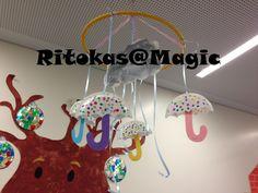 Mobil de Inverno - Guarda chuva, pratos de plastico cortados ao meio, pintados com os dedinhos das crianças, e cartolinas coloridas. Nuvem - papel de manteiga pintado e fita de embrulho azul para fazer de chuva