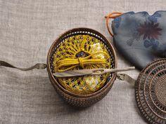 この茶籠に出会った時、心の中にハッとした驚きを感じたのを思い出します。高貴な方が、そっとこの籠の中に「虫を入れて愉しまれたのだろうか 今は、さだかでは... Japanese Packaging, Big Basket, Japanese Tea Ceremony, Tea Art, Thai Style, How To Make Tea, Antique Items, Wabi Sabi, Vintage Japanese