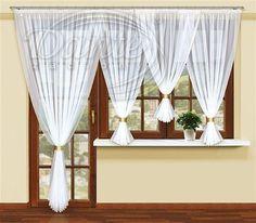 Voál zlaté lemování TRIPA     Nádherná kusová záclona z hladkého voálu, kterou můžete použít do soupravy pro balkón a okno.     Voál je po bocích i ve spodní části ozdoben lesklou zlatou lemovkou. Na horním okraji je našitá řasící stuha.     Kratší záclona na okno je tvořena třemi sešitými díly. Prostřední díl má cca 130 cm. Výška delších dílů je 160 cm.     Dlouhou část voálu na balkónové dveře si objednáváte samostatně.     Součástí balení jsou zlaté manžetky na stažení voálu.