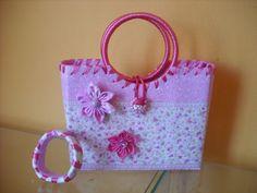 sacolinha para meninas e pulseira feitas de caixa de leite