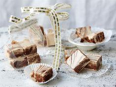 Fudge on pehmeää toffeeta. Pieni annospala riittää isompaankin makeannälkään, joten ohjeesta riittää useampaan herkkuhetkeen. Pakkaa fudgea kauniisiin pusseihin ja ilahduta ystäviäsi itse tehdyllä jouluherkulla.