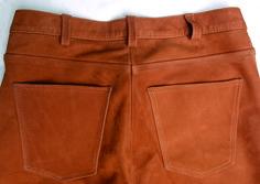 Detail maßgefertigte Lederhose aus rehbraunem Nubuk-Fettleder