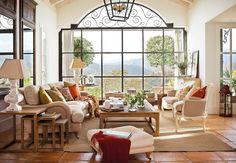 Zona de estar Dos espejos con friso amplían el ambiente. Son de Mis en Demeure, como las butacas bergère.