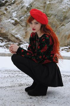Red beret, red flower outfit, red hair and red lips - never enough red! Fleece Tights, Snow Day Outfit, Luanna, Rose Sweater, Hot Hair Styles, Oui Oui, Swagg, Look Cool, Autumn Winter Fashion