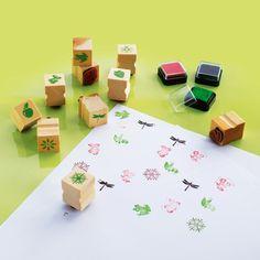 10 tampons et 3 encreurs de couleurs différentes pour décorer les cahiers, les carnets de note ou pour faire des dessins.