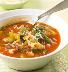 Rote Minestrone: Ein italienischer Klassiker mit viel frischem Gemüse, kleinen Nudeln in einer würzigen Tomaten-Brühe