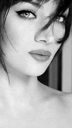 Bella en claroscuro Persian Girls, Hair Beauty, Cosmetics, Bella, Culture, Chiaroscuro, Portraits, Artists, Women