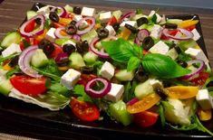 Sałatka z kaszą kuskus, serem feta i rukolą - Blog z apetytem Caprese Salad, Fruit Salad, Cobb Salad, Mozzarella, Feta, Sushi, Grilling, Cooking, Ethnic Recipes