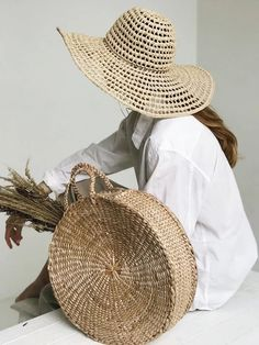 The Best Purses To Wear This Summer Raffia Hat, Best Purses, Straw Handbags, Round Bag, Round Straw Bag, Straw Tote, Basket Bag, Outfits With Hats, Turbans