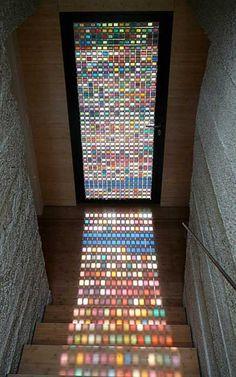 Красивый эфект дает свет, проходящий через цветное стекло. Такая дверь всегда смотрится выиграшно и необычно.
