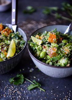 Broccoli cous cous med sød kartoffel og edamamebønner – en cremet dressing og et drys ristede sesamfrø. Det er alt du behøver for at have den lækreste måltidssalat klar på under 30 min. Salaten mætter