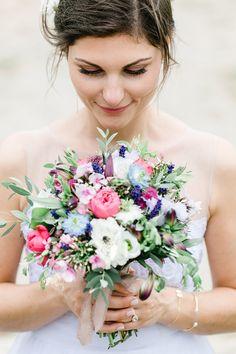 Bohemian Hochzeit Bamberg Hochzeitsdesign Brautkleid Grace Loves Lace Brautstrauß wild wiesenblumen Boho Rosen natürlich Florist Verlobungsring Steine