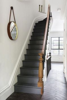 Railing entrance with 49 fashionable black stairs Deliver yourself a career so far that you can use your innovative strength to make your home and your business more beautiful or more comfortable. Welcome to the world of interior design! Black Stair Railing, Black Staircase, Staircase Design, Stair Risers, Flur Design, Painted Staircases, Hallway Inspiration, Hallway Designs, Hallway Ideas