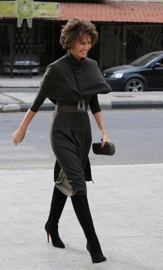 Asma al-Assad, wife of President Bashar al-Assad and First Lady of Syria, was once called a rose in the desert. The London-born beauty was supposed to hail the liberal reformation of the Middle Bashar Assad, Classy Winter Outfits, Royal Tiaras, Queen Fashion, Wavy Bobs, Office Outfits, Normcore, Sporty, Elegant