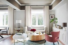 Fresh and elegant design, fancy details, view over a nice quiet park - this modern flat in Moscow, Russia, looks just like beautiful apartments of Paris ✌Pufikhomes - source of home inspiration Beautiful Interiors, Colorful Interiors, Interior Styling, Interior Design, Interior Color Schemes, World Of Interiors, Elle Decor, Apartment Design, Decoration