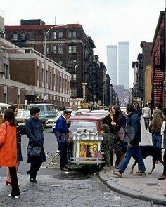 Eisverkäufer in New York, 1973 Juergen/Timeline Images #1970er #1970s #70er #70s #Straßenbild #NYC #NY #NewYork #TwinTowers #WTC #Eisverkauf #Eis #Eisstand #Passanten