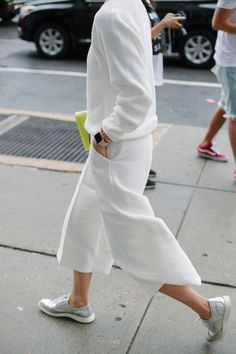 They Are Wearing: New York Fashion Week Spring 2016 - Women's style: Patterns of sustainability Minimal Fashion, White Fashion, Look Fashion, Fashion News, Spring Fashion, Fashion Trends, Trending Fashion, Street Style Outfits, Mode Outfits