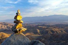 Piramide de rocas en montañas del desierto - feng shui
