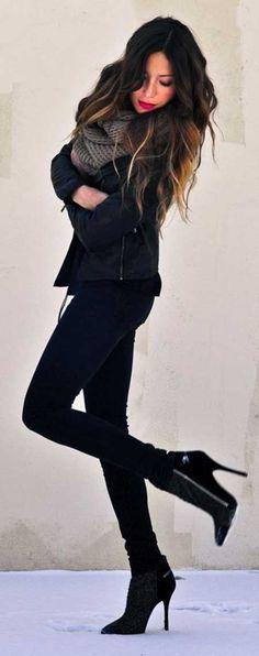 Topuklu bootieler, dar pantolonlar, küçük ceketler ve örgü boyunluklar...