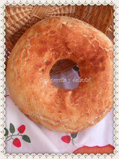 CON GORRITO Y DELANTAL: Rosca de pan de mantequilla