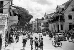 De Gravenstraat in Paramaribo is druk met schoolkinderen, Suriname, 1949.