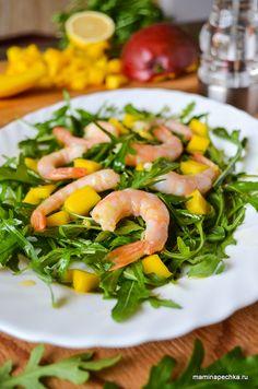 Чтобы приготовить салат с рукколой и креветками, помойте и высушите листья рукколы. Замороженные креветки залейте кипятком на 5 минут, откиньте на дуршлаг..