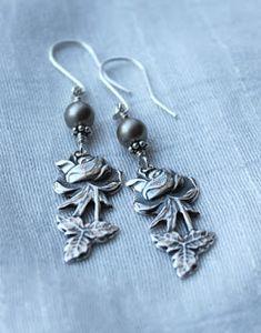 Ruusu-korvakorut Fork Jewelry, Silverware Jewelry, Jewelry Necklaces, Diy Jewellery, Bracelets, Beads And Wire, Metal Working, Helmet, Swarovski