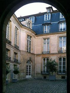 Hôtel de Vibraye (XVIIIe) 15 rue Vieille-du-Temple et 56 rue du Roi-de-Sicile Paris 75004.