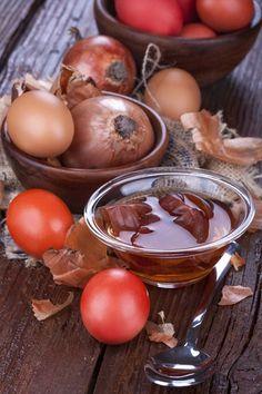 Ostereier färben: Mit alten Zwiebelschalen lassen sich Ostereier in einem schönen rotbraunen Ton färben.