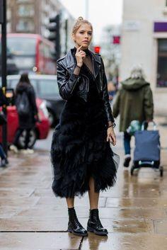 Confira looks de moda rua com peças de tule.