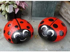 DIY - Do it yourself - Selber Machen - Europaletten Stone ladybird as an original garden decoration Pebble Painting, Pebble Art, Stone Painting, Painting Flowers, Body Painting, Stone Crafts, Rock Crafts, Arts And Crafts, Ladybug Rocks