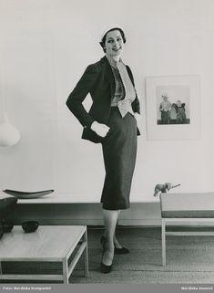 d87d729fb90 Modell i axelbandslös aftonklänning med rosett, handskar och aftonskor.  Foto: Nordin Nilsson | Vintage Glamour | Pinterest | Types o…