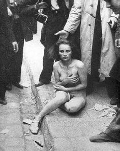 Esta foto foi capturada em 3 de abril de 1941, na Alemanha, e mostra mulher judia sendo espancada e humilhada durante a Segunda Guerra Mundial, pela população alemã, pelo simples fato de ser judia.