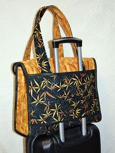 Sewing Projects Executive Tote Sewing Pattern - This is the Executive Tote sewing pattern by Lidia Froehler of Cotton Treasure Designs. This tote slips securely over a rolling luggage handle, or carry on bag. Quilted Tote Bags, Patchwork Bags, Backpack Pattern, Tote Pattern, Wallet Pattern, Bag Patterns To Sew, Sewing Patterns, Quilted Purse Patterns, Quilting Patterns