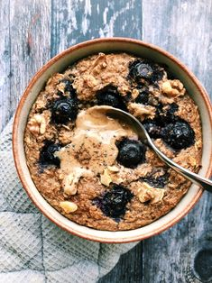 Blueberry Baked Oats It's probably fairly obvious by now that I'm a huge fan of baked oats. I love experimenting with different variations, and these Blueberry Baked Oats are so cosy and comforting. They're perfect if… Quick Vegan Breakfast, Healthy Breakfast Recipes, Breakfast Ideas, Recipes With Oats Healthy, Detox Breakfast, Breakfast Dessert, Healthy Breakfasts, Healthy Food, Baked Oats